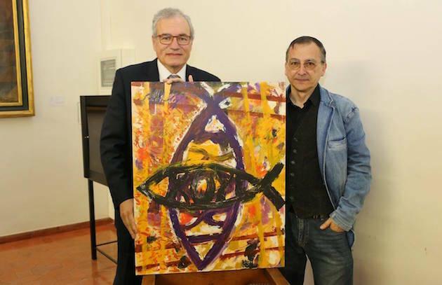 José Pablo Sánchez, con el lienzo de la serie 'Ichtus', entregado por el autor Miguel Elías. / MGala,jose pablo sanchez miguel elias