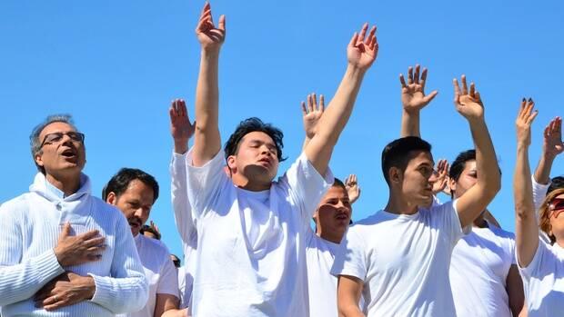 El grupo de refugiados, vestido de blanco para el bautismo. / Stern, Ellen Ivits,refugiados bautismo