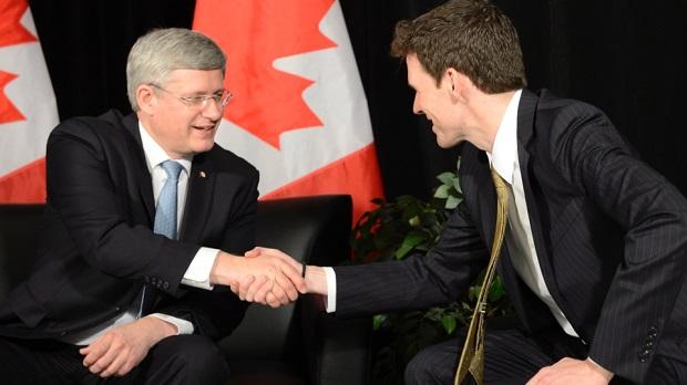 <p> Stephen Harper saluda a Andrew Bennet, director de la Oficina de Libertad Religiosa canadiense. /Frank Gunn, The Canadian Press.</p> ,