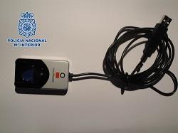 <p> Las mujeres estaban controladas en todo momento con un aparato que registraba su huella dactilar. /Polic&iacute;a Nacional</p> ,
