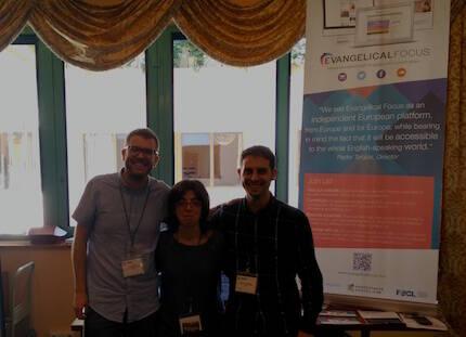 Joel Forster, Belén Díaz y Daniel Hofkamp, en el stand de Evangelical Focus.
