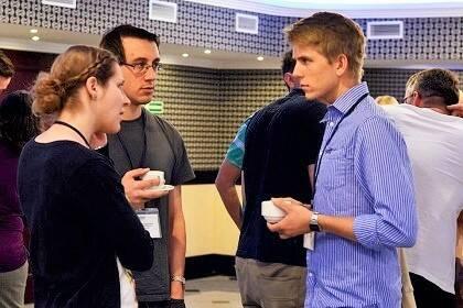 Participantes tomando un café entre sesiones / FOCL