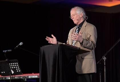 John Piper predicando sobre Filipenses. / FOCL