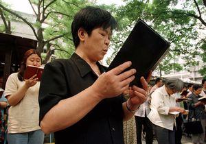 <p> Cristianos chinos leyendo la Biblia / AP</p> ,