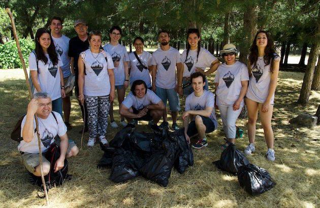 Los participantes de las Jornadas Internacionales recogiendo basura en el Centro Interpretativo de Naturaleza Gurugú.,decision guadarrama amiga