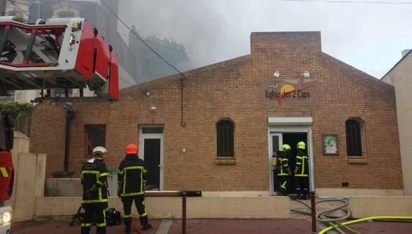 Los bomberos, interviniendo en la iglesia. / La Voix de Nord