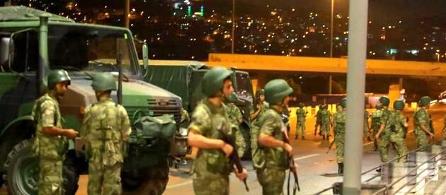 Un destacamento militar bloquea el acceso al Puente del Bósforo en Estambul / Reuters,Golpe Estado, Turquía ejército