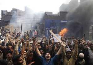 <p> Un momento del ataque a edificios cristianos en Lahore (Pakist&aacute;n) / Afp</p> ,