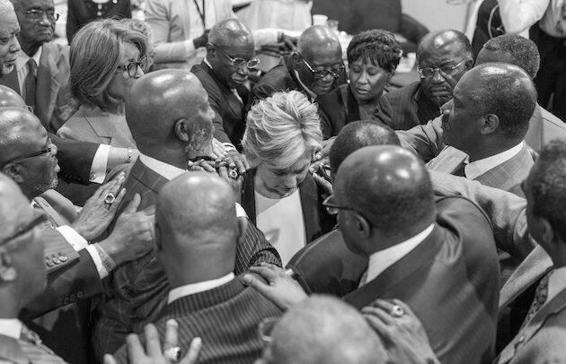 Varios pastores de la comunidad afroamericana oran por Hillary, en un acto contra el racismo. / FB Hillary Clinton,hillary clinton