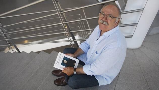 Josep Lluís Carod-Rovira, con su nuevo libro sobre el protestantismo. / Foto: EL Punt Avui,jose, lluis, carod, protestantismo, cataluña