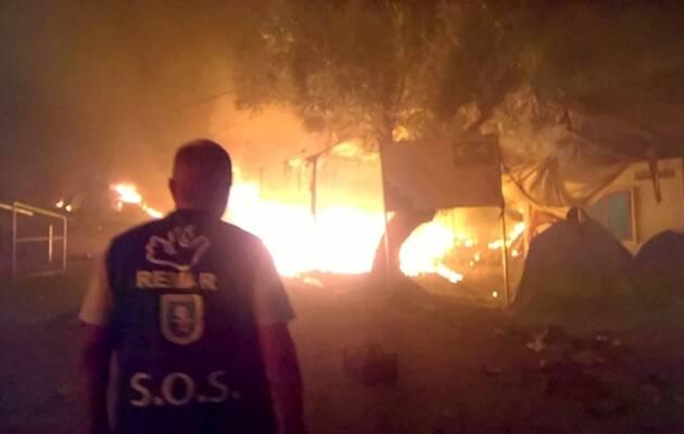 Un voluntario de Remar delante del incendio / Remar,incendio, Lesbos