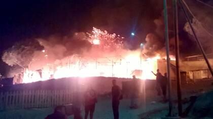 Una panorámica del fuego en una zona del campamento Moria