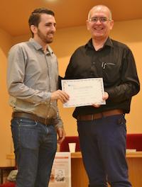 Pau Abad, uno de los premiados en los González-Waris, con Juan Carlos Martín, secretario general de Adece. / MGala