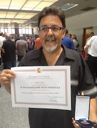 Paco Mata, con la medalla y el diploma.