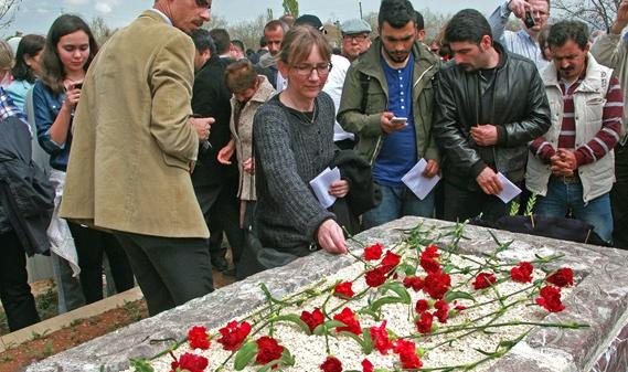Suzane Geske, viuda de uno de los misioneros, visitando la tumba de su marido. / Morning Star News,suzanne geske