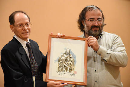 Pablo Martínez Vila, con un cuadro de Miguel Elías, entregado por A.P. Alencart. / Héctor Rivas