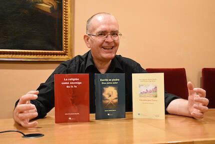 Juan Carlos Martín, con los libros publicados este año por Adece. / Héctor Rivas