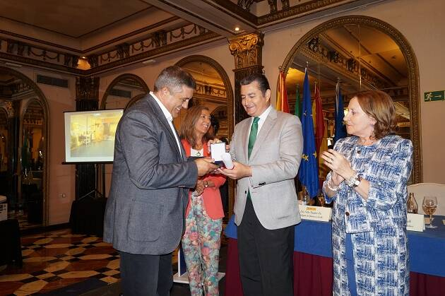 Momento de entrega del galardón a Antonio Rodríguez Ortiz. / CEAA,