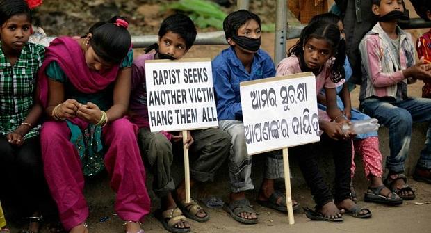 <p> Protestas contra violaciones de mujeres y abuso de menores en Bhubaneswar. / AP Photo</p> ,