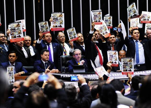 Miembros de la bancada evangélica protestan ante la marcha del orgullo gay celebrada en Brasil en marzo.,
