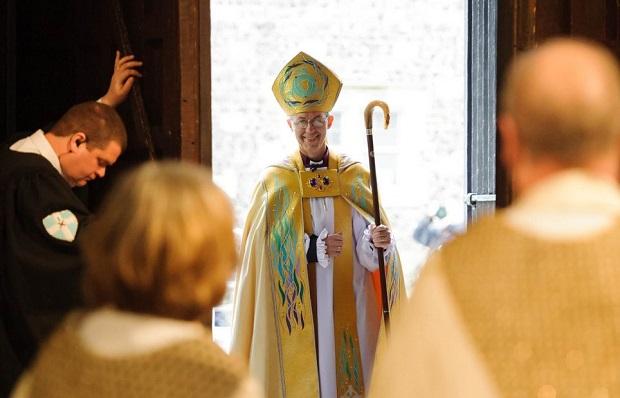 <p> Justin Welby entra a la Catedral para tomar posesi&oacute;n como Arzobispo de Canterbury. / AP</p> ,