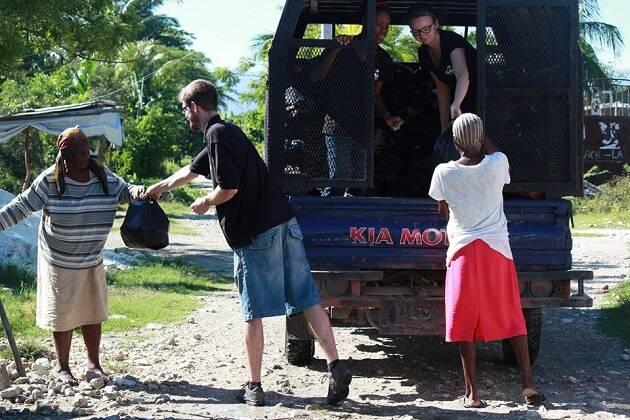 El equipo de GAiN entrega paquetes de ayuda durante su reciente viaje al país. / GAiN España,gain, haití, ayuda, ong