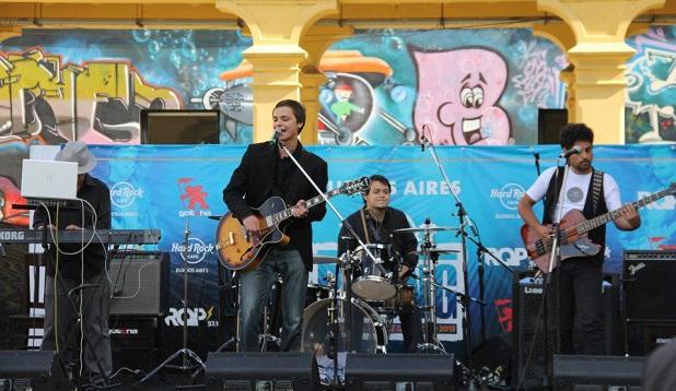 <p> Lucas Magnin y su banda, actuando en el Hard Rock Rising 2013 en Buenos Aires.</p> ,