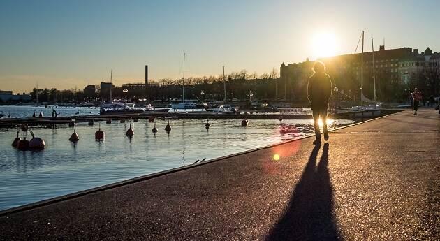 Caminando al atardecer en Helsinki, Finlandia. / Giuseppe Milo, Flickr (CC),