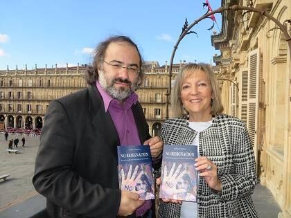 Alfredo Pérez Alencart y Cristina Klimowitz, con la antología, en el balcón del Ayuntamiento (foto de J. A. Polanco)