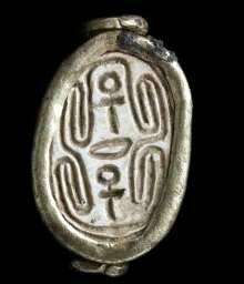 El escarabajo egipcio recubierto de oro / Tel Gezer