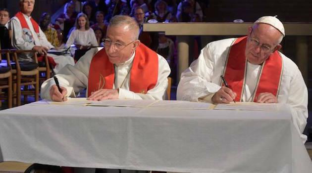 La firma de la declaración conjunta católico-luterana, este 1 de noviembre, en Lund. / L'obsservatore,