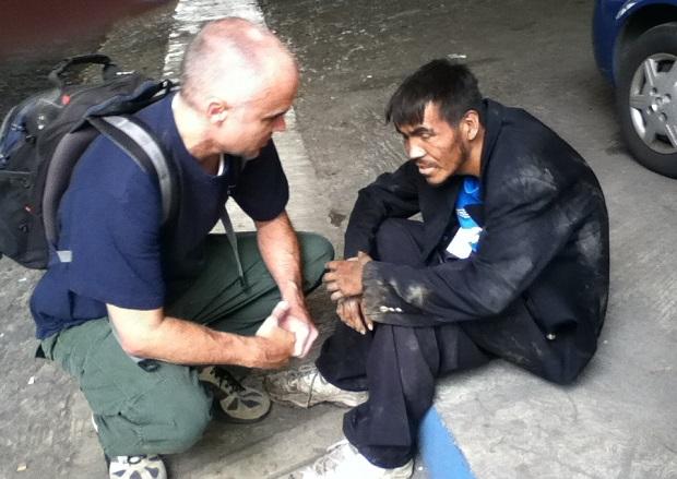 <p> Un voluntario de Relentless Pursuit M&eacute;xico atiende a un indigente.</p> ,