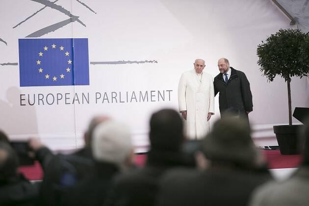 El Ppa Francisco con el presidente del Parlamento europeo, Martin Schulz, en Estrasburgo.,