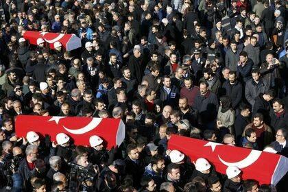 Funerales por los policias./ Reuters