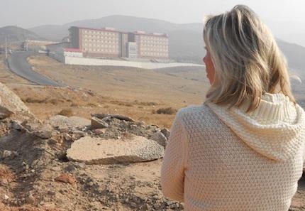 Norine Brunson, frente al centro de detención de Izmir donde se encuentra su esposo Andrew. / WWM