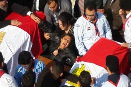 Expresiones de dolor junto a los féretros de los cristianos coptos asesinados este domingo. / Egypt Daily News,egipto coptos