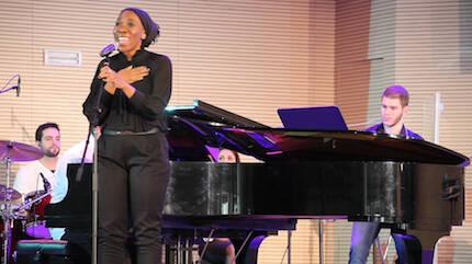 María Ayo, cantando durante el programa. / Buenas Noticias TV