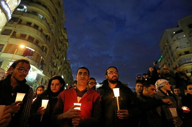 Cristianos egipcios muestran su solidaridad con las familias de las víctimas tras el ataque contra la catedral copta. / Reuters,