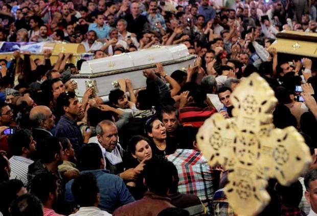 <p> El funeral de cuatro cristianos coptos congreg&oacute; a una gran multitud en la Catedral de San Marcos, en El Cairo. / Amr Nabil, ctpost</p> ,