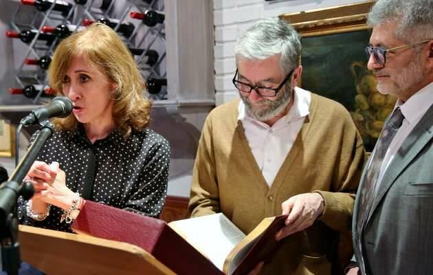 Nieves Carabaña (Sociedad Bíblica) entrega un facsímil de la Biblia Reina-Valera a Muñoz Molina, con Pedro Tarquis, director de Protestante Digital / MGala,