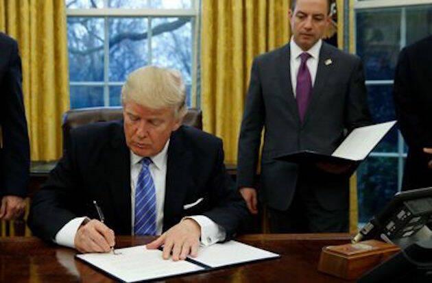 Donald Trump, firmando la orden ejecutiva, este lunes 23 de enero.,trump aborto