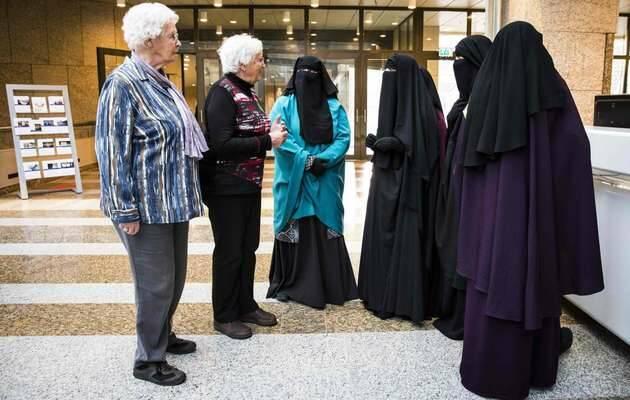 Mujeres con niqab de visita en el Senado holandés, en noviembre pasado.  AFP,Mujeres niqab, mujeres burka