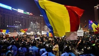 Las banderas rumanas se mostraron en la protesta contra la corrupción. / BBC