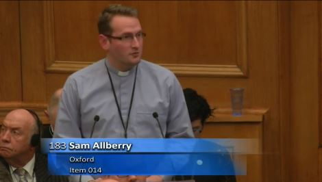 Sam Allberry durante su testimonio.,