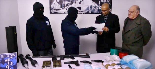 La banda terrorista entregó algunas armas en 2014 ante una comisión de observadores internacionales. / El Correo,