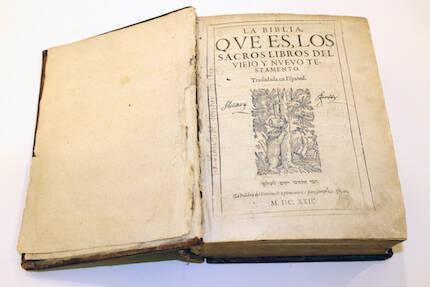 Un ejemplar de la Biblia del Oso, primera edición de la Biblia completa en castellano. / Marina Acuña