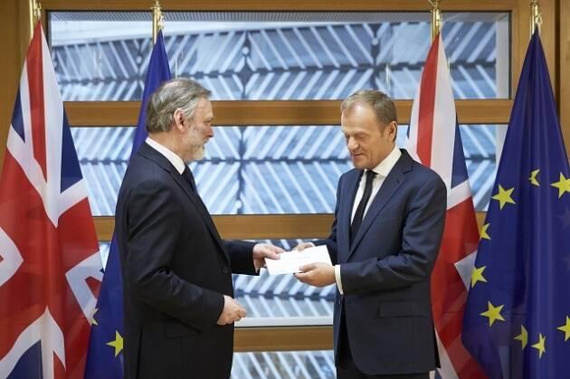 Tim Barrow entrega la carta a Donald Tusk con la que se comunica el inicio de la desconexión. / Consejo de Europa,tim barrow