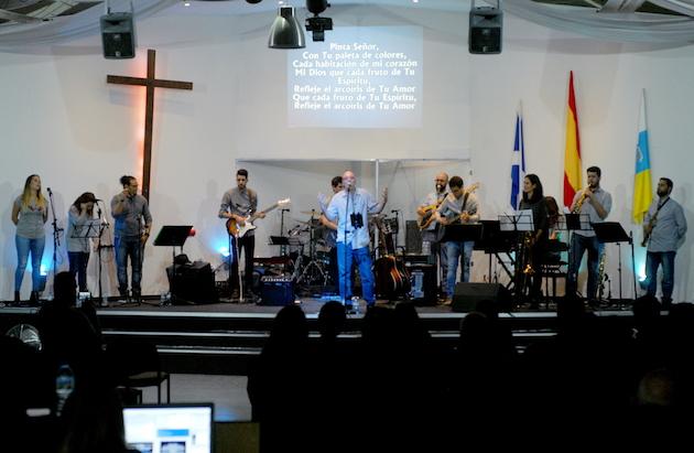 Luis Avero Band, actuando en la Iglesia de Valle de la Orotava, Puerto de la Cruz. / LAB,