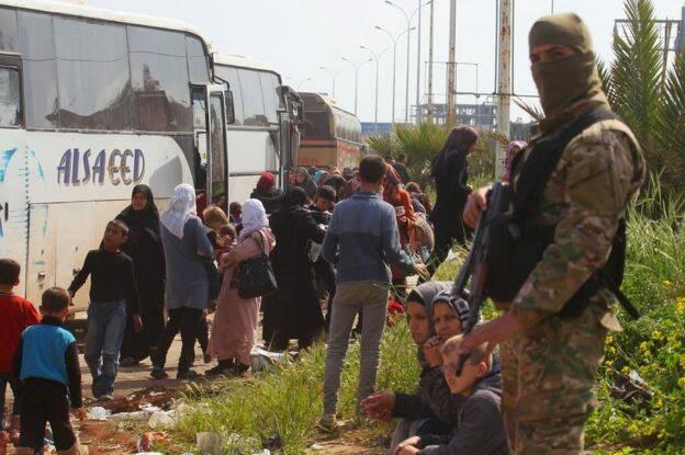 Refugiados del convoy sirio, en un momento de la evacuación. / Reuters,