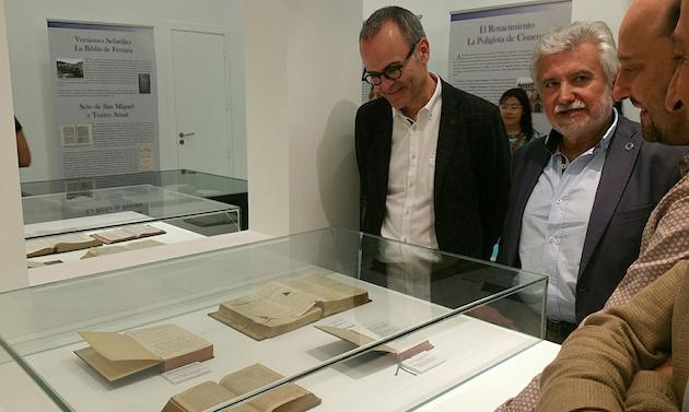 El alcalde de Ourense, Jesús Vázquez, visitó la exposición de Biblias en su inauguración. / Alcaldía Ourense,ourense